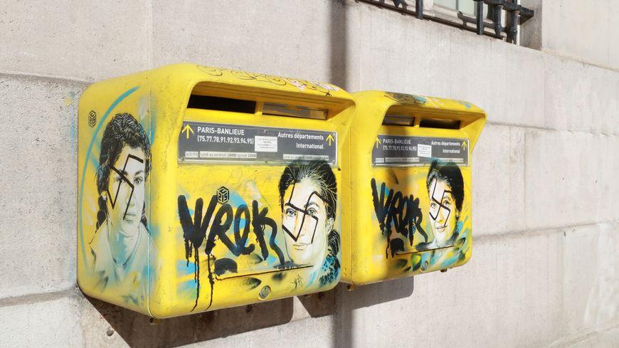 Tags antisémites sur le visage de Simone Veil peint sur des boites à lettres de la mairie du XIIIe arrondissement