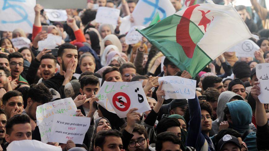 Manifestation des étudiants à Alger contre la candidature d'Abdelaziz Bouteflika
