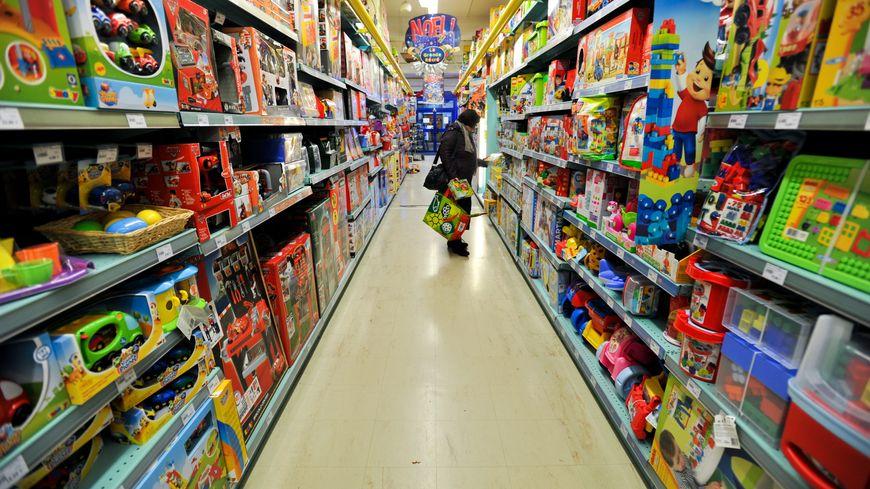 Un nonagénaire montre son sexe dans un magasin.