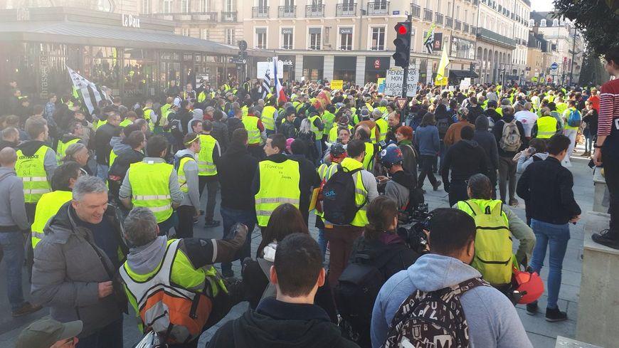 Plus de 1.000 manifestants ont commencé leur marche depuis la place de la République.