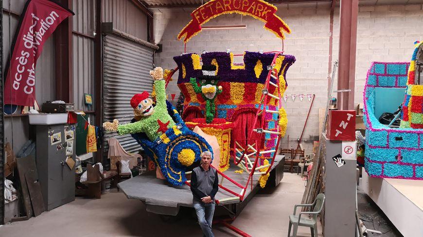 Patrick Saussier, secrétaire général adjoint du club carnavalesque, devant l'un des chars qui défileront dimanche