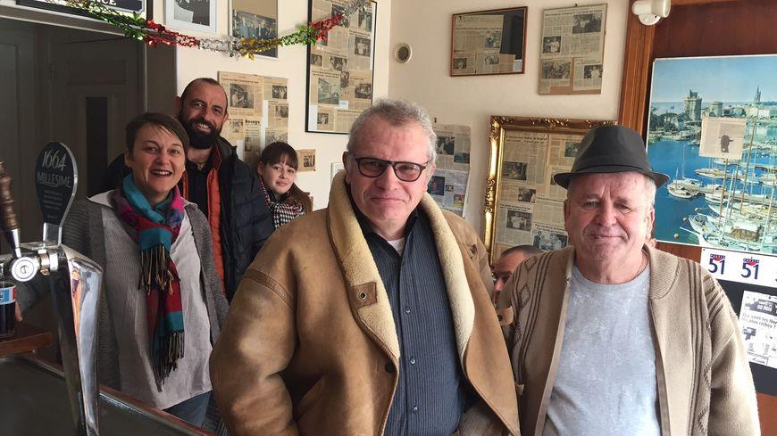 Daniel Guillotte (avec le chapeau) et les habitués dans le bar de Baron-sur-Odon
