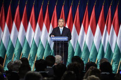 Le Premier ministre hongrois Viktor Orban annonce ses mesures pro-natalité lors de son discours sur l'état de l'union, dimanche 10 février 2019 à Budapest, devant une nuée de drapeaux hongrois mais pas un seul de l'Europe.