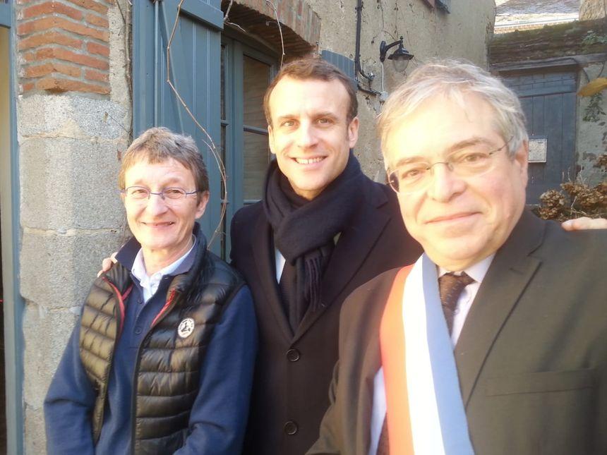 Emmanuel Macron avec le maire de Gargilesse Vanik Berberian et l'artiste locale Catherine Liénard