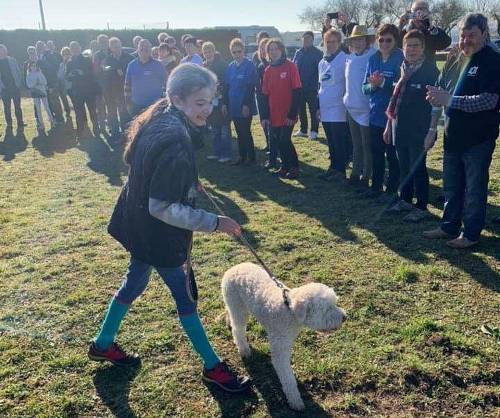 Pauline et Noisette, le chien blanc de ces Championnats de France 2019 à Les Gonds