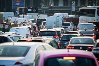 Des véhicules coincés dans un ralentissement à Paris.