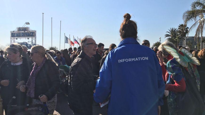 Les agents d'information en plein travail ce mercredi après-midi pour la Bataille de fleurs.