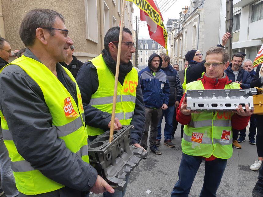 Les salariés ont déposé une culasse et un bloc moteur devant le tribunal.