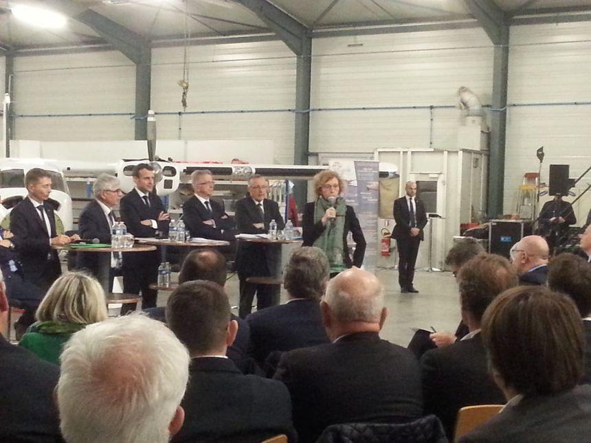 Muriel Pénicaud devant les entrepreneurs de l'Indre dans les locaux d'Egide Aviation