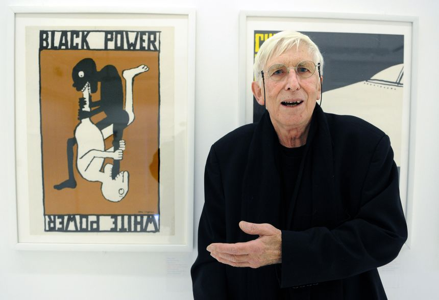 """Tomi Ungerer en 2010 devant l'une de ses plus célèbres affiches politiques : """"White power, black power"""""""