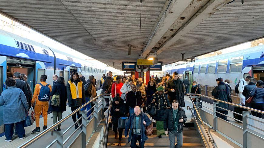Les quais du RER D en gare de Juvisy (Essonne).