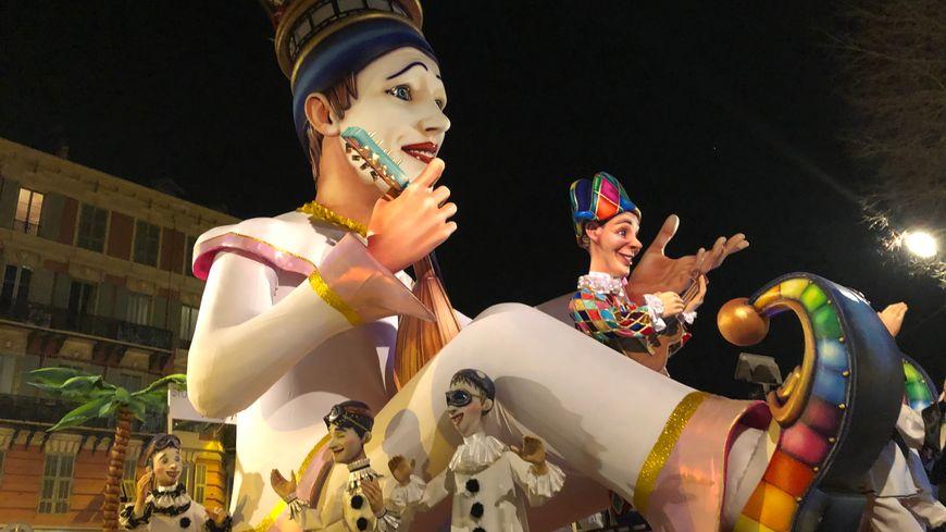 Le Roi Carnaval en balade dans les rues niçoises