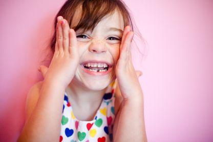 Sourire enfantin avec les chutes des dents de lait
