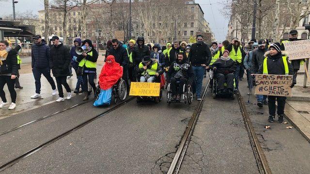 Ils étaient une centaine à défiler dans les rues de Saint-Étienne ce dimanche 10 février.
