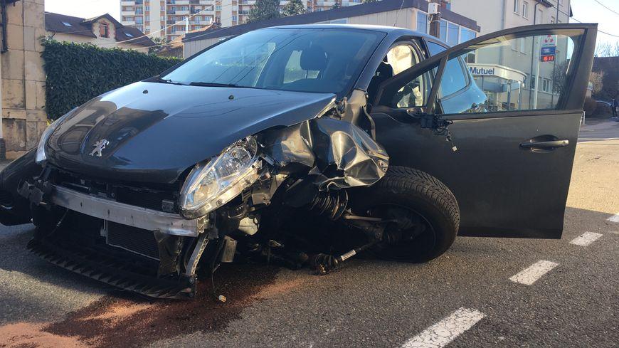 La voiture a été percutée devant une école maternelle.