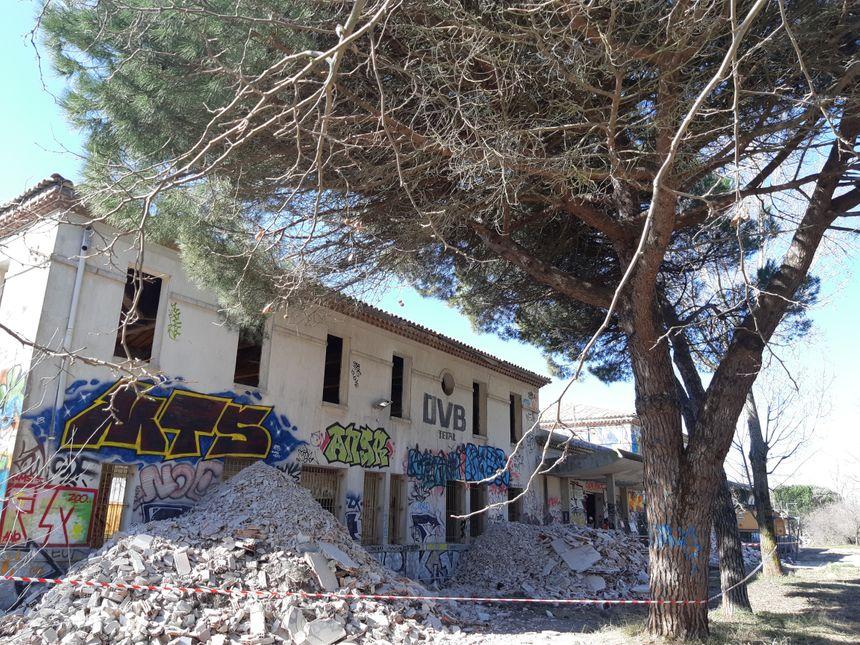 L'un des bâtiments en cours de démolition