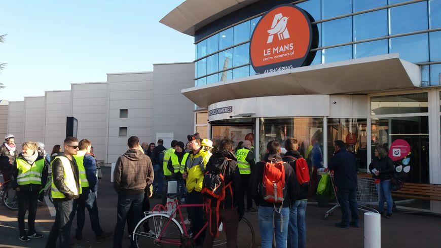 Une quarantaine de gilets jaunes s'est retrouvée à Auchan en zone nord du Mans samedi matin