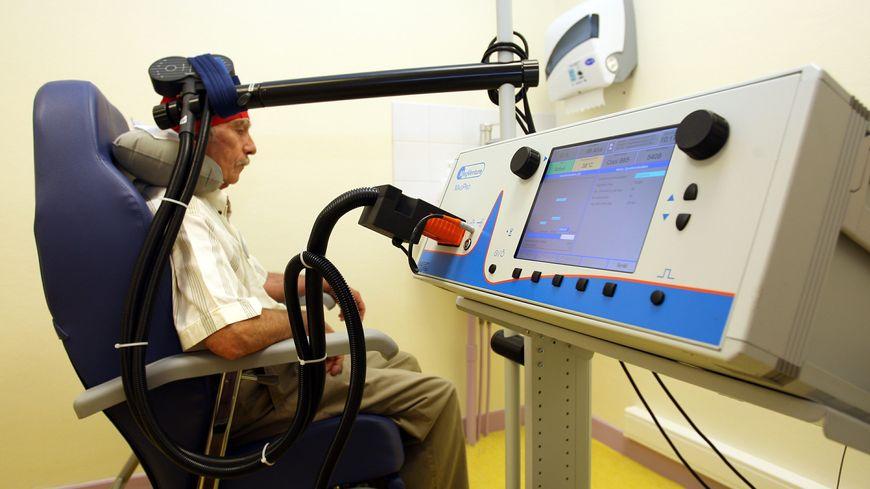 CHU de La Tronche Centre de la douleur: présentation d'un nouvel appareil permettant de soigner des patients souffrant de douleurs chroniques.