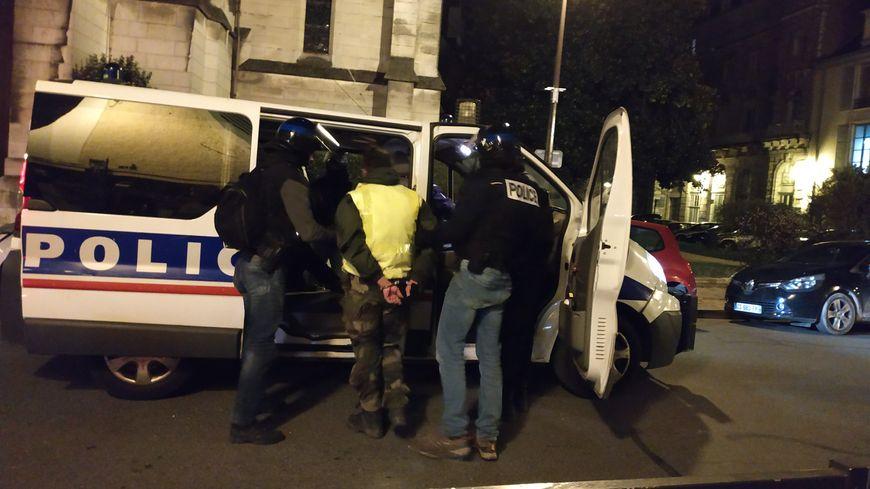 Un manifestant arrêté samedi soir alors qu'il avait les poches pleines de pierres.