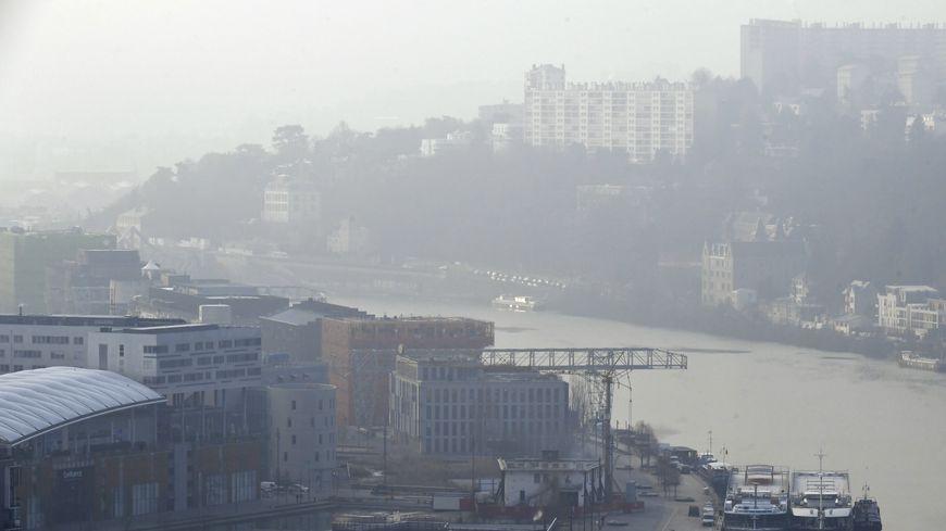 En raison d'un épisode de pollution aux particules fines, le préfet de la région Auvergne-Rhône-Alpes a décidé de mettre en place la circulation différenciée à Lyon.
