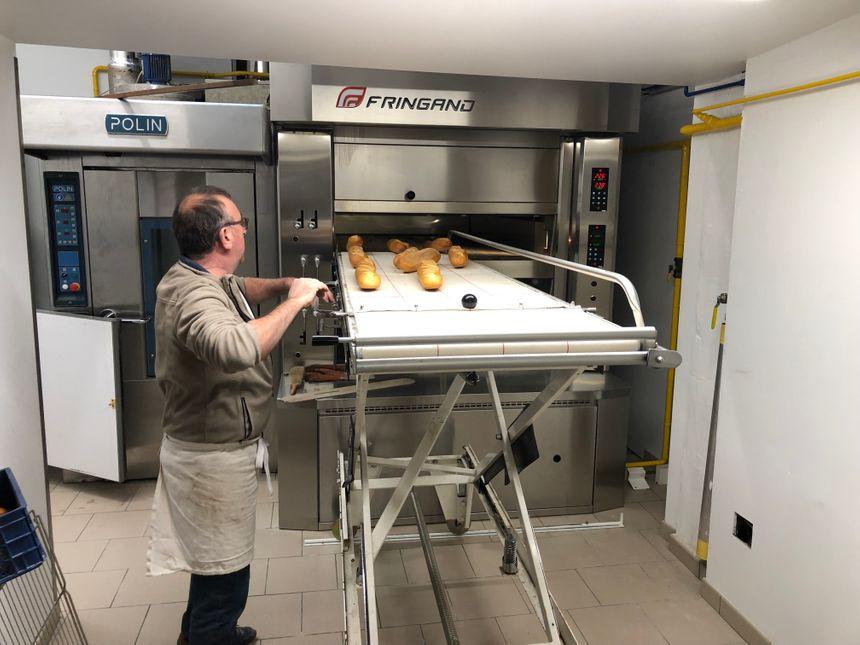 L'atelier est entièrement rénové et le boulanger a investi dans un four moderne à double énergie (gaz et électricité)