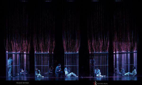 """Faust (Piotr Beczała) retrouve Marguerite (Marina Rebeka) dans sa prison - """"Faust"""" de Gounod mis en scène par Àlex Ollé"""