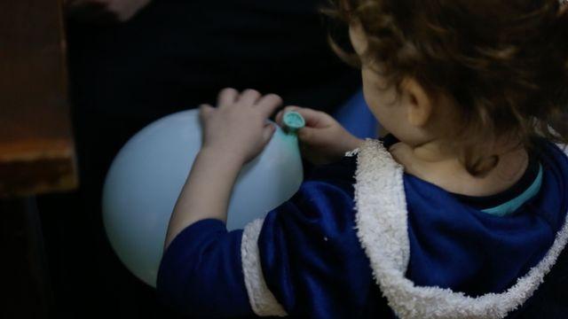 Dans la prison, il n'y a pas de jouet pour le bébé de Mélina Boughedir. Pendant l'entretien avec sa mère, un responsable lui tend un ballon de baudruche.