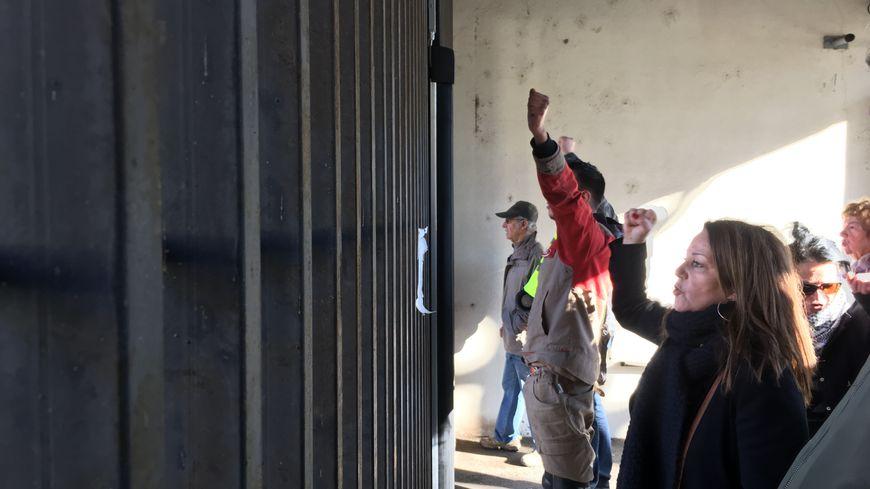 Des gilets jaunes devant les grilles du commissariat de Besançon. Deux d'entre eux ont été placés en garde à vue.