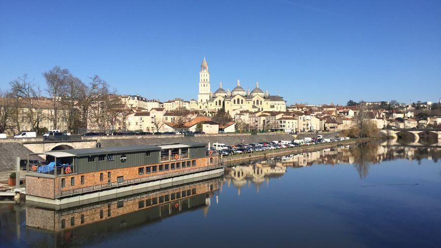 Le ciel d'un bleu pur sur la cathédrale de Périgueux