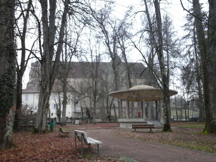 Le kiosque du Parc du Souvenir Français et l'église sans clocher de Sellières