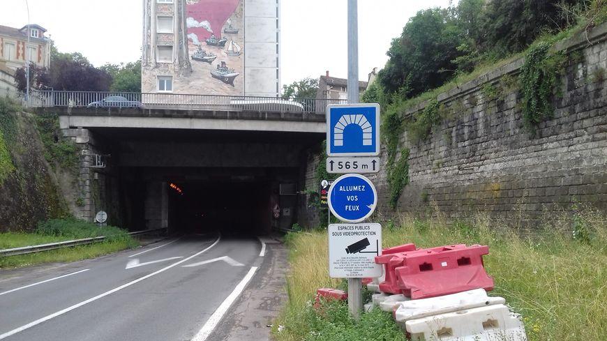 Le tunnel de la Gâtine est emprunté par 15000 véhicules par jour. Là, il est en travaux.