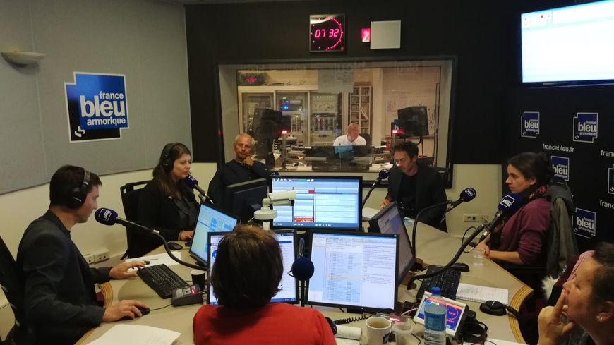 Les auditeurs de France Bleu Armorique en studio avec l'équipe.