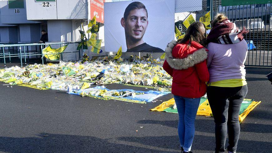 Les supporters pourront déposer des fleurs et des bougies à l'entrée du Stade d'Ornano devant un portrait d'Emiliano Sala