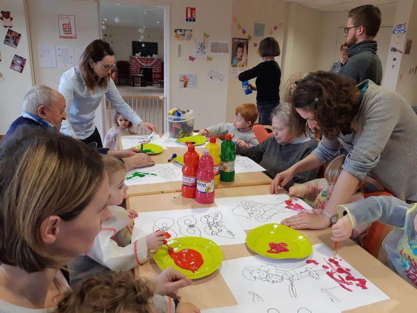 Séance peinture aujourd'hui pour les enfants et les résidents - Radio France