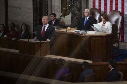 """Donald Trump pendant son discours sur l'état de l'Union à Washington. Derrière lui, en blanc, Nancy Pelosi, la nouvelle présidente démocrate de la Chambre des représentants, vainqueur des """"midterm""""."""