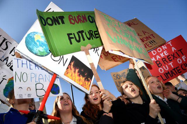 """""""Ne grillez pas notre futur"""" scandent les jeunes manifestants à Londres"""