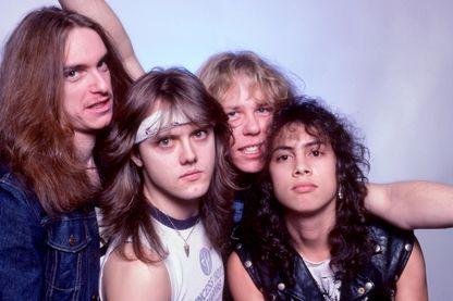 Metallica, le bassiste Cliff Burto, le batteur Lars Ulrich, le guitariste James Hetfield et le guitariste Kirk Hammett posent pour un portrait en studio lors de la tournée Ride the Lightning au Royal Oak Music Théâtre, le 1er février 1985
