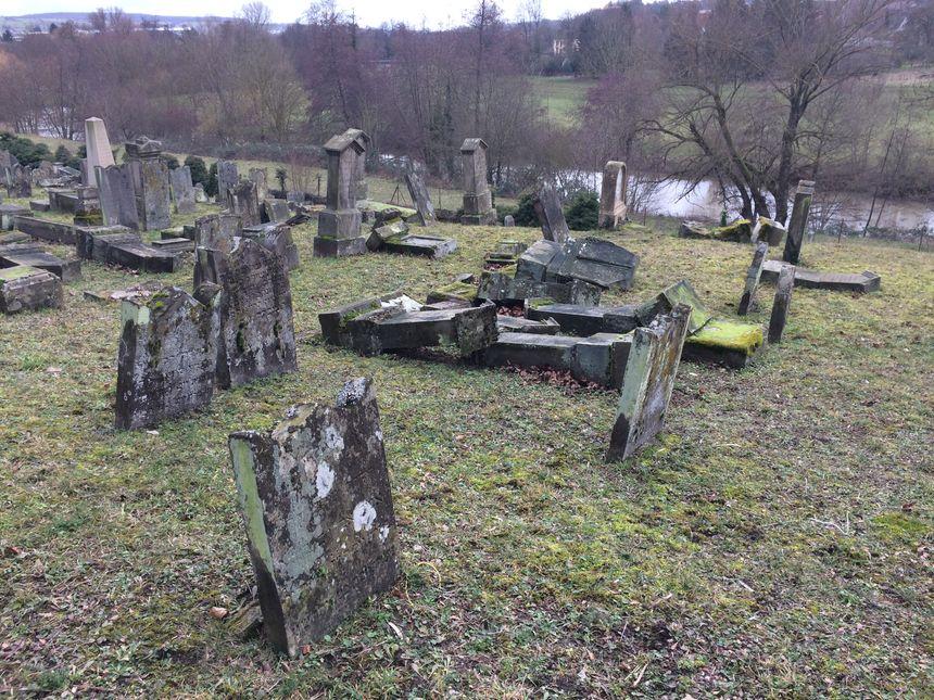 L'essentiel du cimetière reste dévasté - Radio France