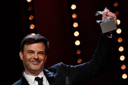 """Le réalisateur François Ozon a remporté l'ours d'argent du Prix du Jury au festival de Berlin, pour son film """"Grâce à Dieu"""", menacé de ne pas sortir en salles à cause des plaintes en justice. (16 février 2019)"""