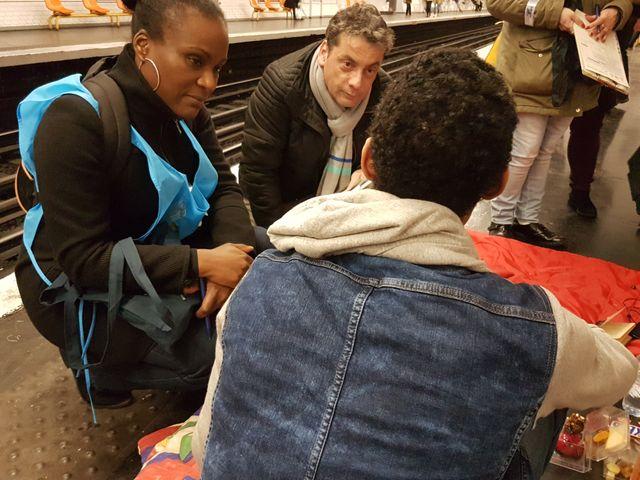 Chaque jour, des agents de la RATP recensent environ 300personnes sédentaires dans le métro. Près de 10%des personnes sans abri, à Paris.