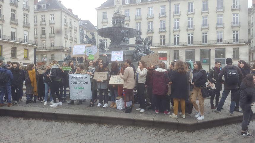 Les lycéens déploient leurs pancartes, Place Royal à Nantes.