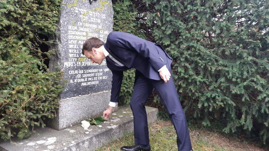 """Emmanuel Macron au cimetière juif de Quatzenheim : """"Ceux qui ont fait ça ne sont pas dignes de la République"""""""