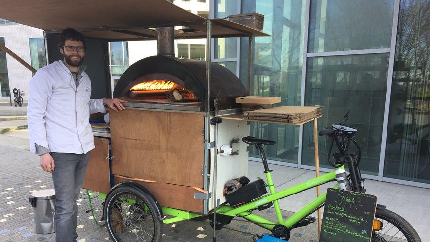 Luc fabrique et vend ses pizzas un peu partout dans les environs de Lille grâce à son triporteur.