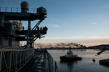 """Le navire USS Mount Whitney lors des exercices militaires de l'OTAN """"Trident Juncture"""" en novembre 2018 en Norvège."""