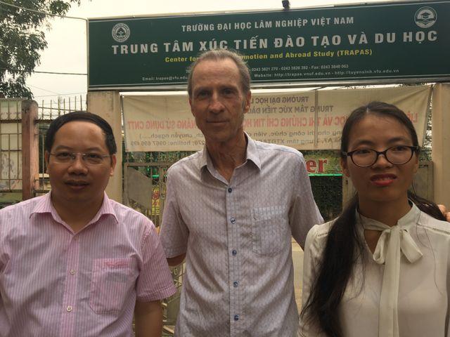 Paul Georges Harding avait 20 ans pendant la guerre. L'ancien GI est revenu pour enseigner l'anglais a des enfants vietnamiens dans une école de la grande banlieue de Hanoi.