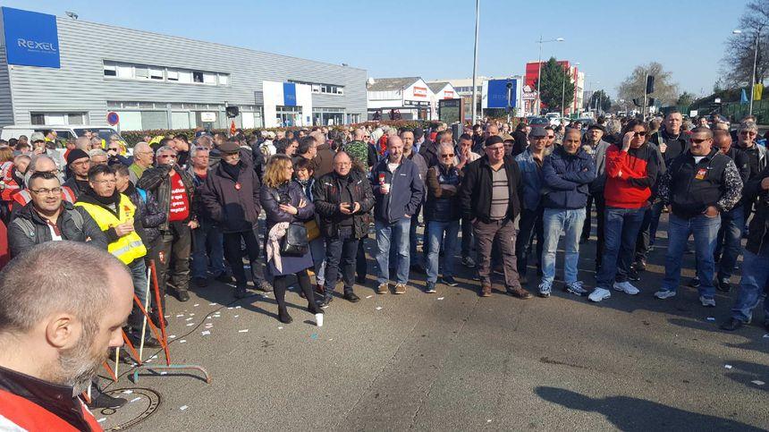 Plus de 350 salariés venus à bord de 7 cars ont fait le déplacement d'Ingrande sur Vienne au Mans