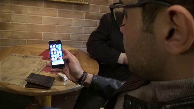 Arash raconte qu'il a sur son téléphone toutes les applications à la mode et même Tinder, qui sert à faire des rencontres.