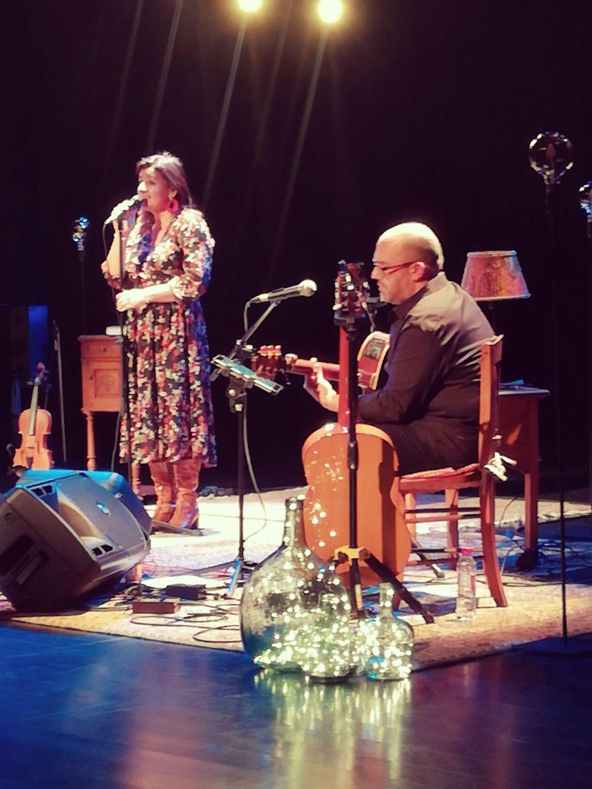 Naia Robles et son ami guitariste Xabi Albistur
