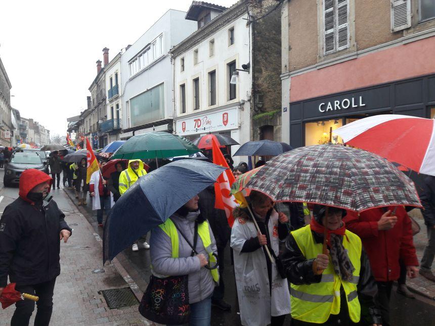 """Syndicats et des """"gilets jaunes"""" main dans la main à Mont-de-Marsan pour des revendications communes"""
