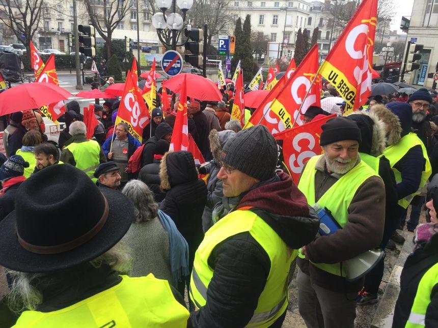 Gilets jaunes et syndicats défilent ensemble